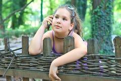 τηλέφωνο κοριτσιών κυττάρων Στοκ Εικόνες