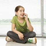 τηλέφωνο κοριτσιών κυττάρ& Στοκ φωτογραφία με δικαίωμα ελεύθερης χρήσης