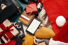 Τηλέφωνο με την κενή οθόνη, πιστωτικές κάρτες, χρήματα, πορτοφόλι, τσάντες, θρόμβος στοκ εικόνα με δικαίωμα ελεύθερης χρήσης