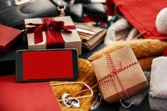 Τηλέφωνο με την κενή οθόνη, πιστωτικές κάρτες, χρήματα, πορτοφόλι, τσάντες, θρόμβος στοκ εικόνες