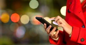 Τηλέφωνο ξεφυλλίσματος χεριών γυναικών σε μια χειμερινή νύχτα φιλμ μικρού μήκους
