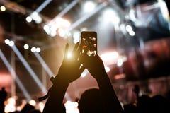Τηλέφωνο στα χέρια των γυναικών στην επίδειξη Στοκ Εικόνα
