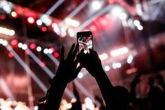 Τηλέφωνο στα χέρια των γυναικών στην επίδειξη Στοκ φωτογραφία με δικαίωμα ελεύθερης χρήσης
