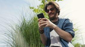 Τηλέφωνο χρήσεων ατόμων στην οδό απόθεμα βίντεο