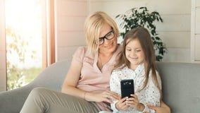 Τηλέφωνο χρήσεων μητέρων με την κόρη απόθεμα βίντεο