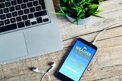 Τηλέφωνο app πρόγνωσης καιρού σε μια κινητή οθόνη Στοκ Εικόνες