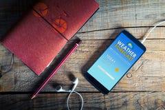 Τηλέφωνο app πρόγνωσης καιρού σε μια κινητή οθόνη Στοκ εικόνες με δικαίωμα ελεύθερης χρήσης