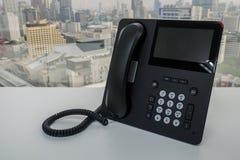 Τηλέφωνο IP στο άσπρο γραφείο γραφείων για την επιχειρησιακή κλήση Στοκ εικόνες με δικαίωμα ελεύθερης χρήσης