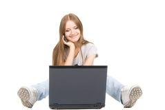 τηλέφωνο lap-top κοριτσιών Στοκ φωτογραφία με δικαίωμα ελεύθερης χρήσης