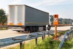Τηλέφωνο SOS Τηλέφωνο έκτακτης ανάγκης στην άκρη του δρόμου Πρωί στη γερμανική εθνική οδό Στοκ Εικόνες