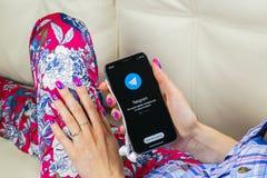 Τηλεγράφημα Χ εικονίδιο εφαρμογής στο iPhone Χ της Apple οθόνη στα χέρια γυναικών Τηλεγράφημα Χ app εικονίδιο Το τηλεγράφημα Χ εί Στοκ φωτογραφίες με δικαίωμα ελεύθερης χρήσης