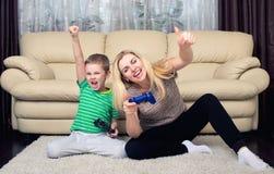 Τηλεοπτικά παιχνίδια παιχνιδιού μητέρων και γιων από κοινού στοκ εικόνα με δικαίωμα ελεύθερης χρήσης