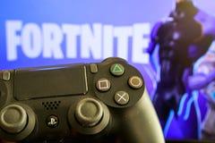 Τηλεοπτικά παιχνίδι και Playstation 4 Fortnite ελεγκτής στοκ φωτογραφία