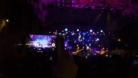 Τηλεοπτική καταγραφή μιας συναυλίας σε ένα smartphone στοκ εικόνες με δικαίωμα ελεύθερης χρήσης