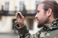Τηλεοπτική καταγραφή Smartphone, νεαρός άνδρας Στοκ φωτογραφία με δικαίωμα ελεύθερης χρήσης