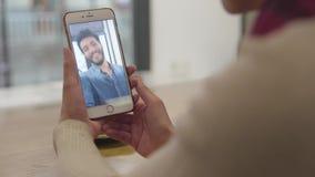 Τηλεοπτική κλήση Κλείστε επάνω το χέρι με την τηλεοπτική συνομιλία στην κινητή τηλεφωνική οθόνη φιλμ μικρού μήκους
