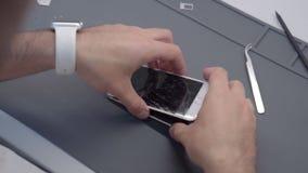 Τηλεοπτική παρουσιάζοντας διαδικασία κινηματογραφήσεων σε πρώτο πλάνο της κινητής τηλεφωνικής επισκευής φιλμ μικρού μήκους