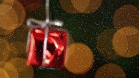 Τηλεοπτική σύνθεση με το χιόνι πέρα από τα μουτζουρωμένα φω'τα και τη διακόσμηση δώρων φιλμ μικρού μήκους