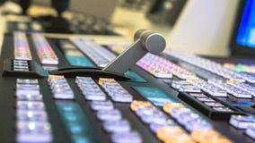 Τηλεοπτικός διακόπτης της τηλεοπτικής ραδιοφωνικής μετάδοσης, που λειτουργεί με τον τηλεοπτικό και ακουστικό αναμίκτη στοκ φωτογραφία