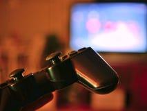 Τηλεοπτικός ελεγκτής κονσολών παιχνιδιών για το τυχερό παιχνίδι που κρατιέται στα χέρια gamers στοκ φωτογραφία με δικαίωμα ελεύθερης χρήσης