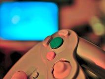 Τηλεοπτικός ελεγκτής κονσολών παιχνιδιών για το τυχερό παιχνίδι που κρατιέται στα χέρια gamers στοκ εικόνα με δικαίωμα ελεύθερης χρήσης