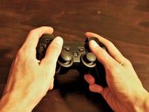 Τηλεοπτικός ελεγκτής κονσολών παιχνιδιών για το τυχερό παιχνίδι που κρατιέται στα χέρια gamers στοκ εικόνες