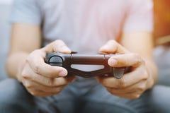 Τηλεοπτικός ελεγκτής κονσολών παιχνιδιών στο πηδάλιο τυχερού παιχνιδιού gamer στοκ εικόνες