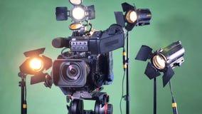 Τηλεοπτικός εξοπλισμός που τίθεται με μια στροφή camcorder στο κέντρο απόθεμα βίντεο