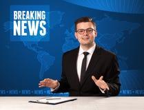 Τηλεοπτικός παρουσιαστής στα μπροστινά έκτακτα γεγονότα αφήγησης με το μπλε MO Στοκ Φωτογραφία