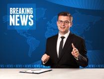 Τηλεοπτικός παρουσιαστής στα μπροστινά έκτακτα γεγονότα αφήγησης με το μπλε MO Στοκ φωτογραφίες με δικαίωμα ελεύθερης χρήσης