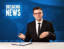 Τηλεοπτικός παρουσιαστής στα μπροστινά έκτακτα γεγονότα αφήγησης με το μπλε MO Στοκ εικόνα με δικαίωμα ελεύθερης χρήσης