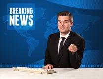 Τηλεοπτικός παρουσιαστής στα μπροστινά έκτακτα γεγονότα αφήγησης με το μπλε σύγχρονο υπόβαθρο Στοκ Εικόνα