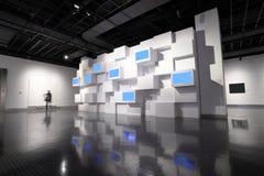 Τηλεοπτικός τοίχος σε ένα δωμάτιο έκθεσης Στοκ φωτογραφίες με δικαίωμα ελεύθερης χρήσης