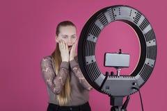 Τηλεοπτικός χρησιμοποιώντας λαμπτήρας δαχτυλιδιών αρχείων εφήβων blogger με τον κάτοχο καμερών στοκ εικόνες