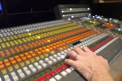 Τηλεοπτικός switcher παραγωγής ραδιοφωνικής μετάδοσης στοκ φωτογραφίες με δικαίωμα ελεύθερης χρήσης