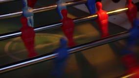 Τηλεοπτικό επιτραπέζιο ποδόσφαιρο foosball αθλητισμός ποδοσφαιριστών teame απόθεμα βίντεο