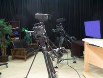 Τηλεοπτικό στούντιο TV με τις φωτογραφικές μηχανές Στοκ Φωτογραφία