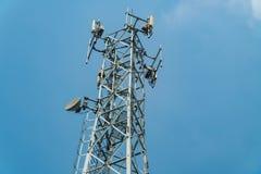 Τηλεπικοινωνίες και ασύρματος πύργος εξοπλισμού με κατευθυντικό στοκ φωτογραφίες με δικαίωμα ελεύθερης χρήσης