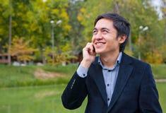 τηλεφωνικές χαμογελώντας ομιλούσες νεολαίες ατόμων Στοκ Εικόνες