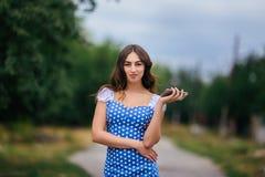 τηλεφωνική έξυπνη γυναίκα Καλλιεργημένη εικόνα του νέου αρκετά καθιερώνοντος τη μόδα gir στοκ εικόνα με δικαίωμα ελεύθερης χρήσης