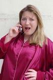 τηλεφωνική γυναίκα κυττά&r Στοκ Φωτογραφία
