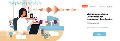 Τηλεφωνική ευφυής φωνή λαβής επιχειρηματιών προσωπικό βοηθητικό εσωτερικό γραφείων έννοιας τεχνολογίας αναγνώρισης soundwaves απεικόνιση αποθεμάτων