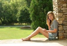 τηλεφωνική εφηβική χρησιμοποίηση κοριτσιών κυττάρων Στοκ Φωτογραφίες