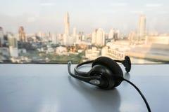 Τηλεφωνική κάσκα IP για τη εξυπηρέτηση πελατών κατά την άποψη πόλεων στοκ εικόνα με δικαίωμα ελεύθερης χρήσης