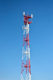 Τηλεφωνική κεραία κυττάρων, συσκευή αποστολής σημάτων Ραδιο κινητή κεραία τηλεπικοινωνιών ενάντια στο μπλε ουρανό Στοκ Εικόνες