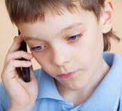 τηλεφωνική λυπημένη ομιλία αγοριών Στοκ Φωτογραφία