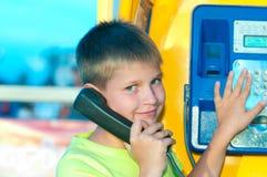 τηλεφωνική ομιλία αγοριώ& Στοκ Εικόνα