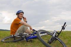 τηλεφωνική ομιλία βουνών ατόμων κυττάρων ποδηλάτων στοκ εικόνα με δικαίωμα ελεύθερης χρήσης
