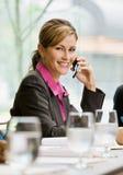 τηλεφωνική ομιλία κυττάρων επιχειρηματιών στοκ εικόνες με δικαίωμα ελεύθερης χρήσης