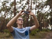 Τηλεφωνική φωτογραφία ατόμων δασική έννοια τοπίων Στοκ Φωτογραφίες